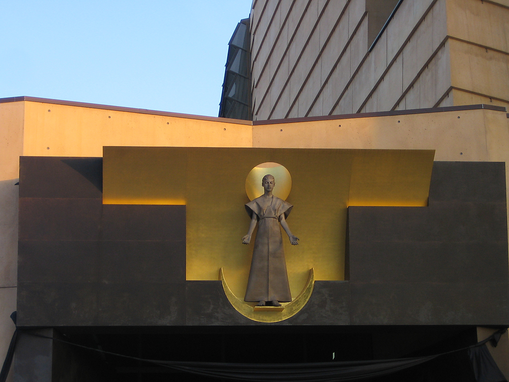 IMAGE: http://chuck-d.net/images/potn/Cathedral/LA.Cathedral.006.jpg